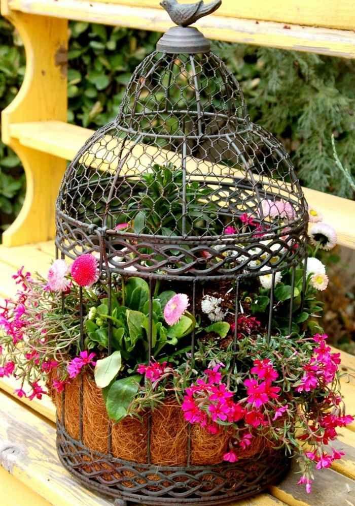 composition florale avec cage à oiseaux vintage