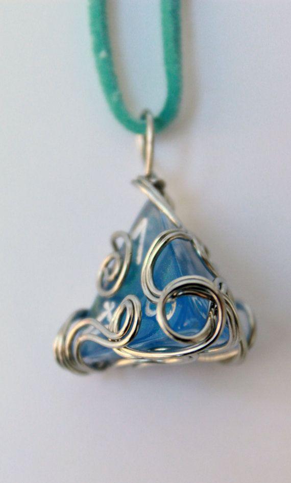 Wire-wrapped Sparkle Blue D4 Dice Necklace por HoneysuckleRoseC