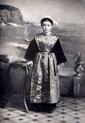 Lorient - jeune fille en costume