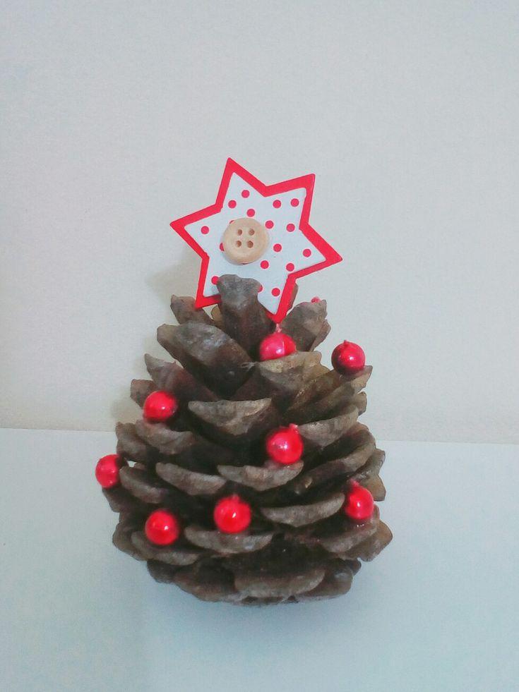 Diy Christmas decor: small tree miniature made of pine cone.
