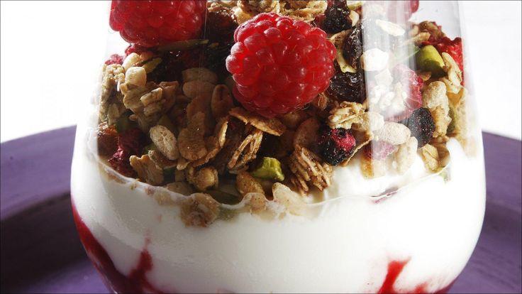 Yoghurt med rørte bringebær og müsli