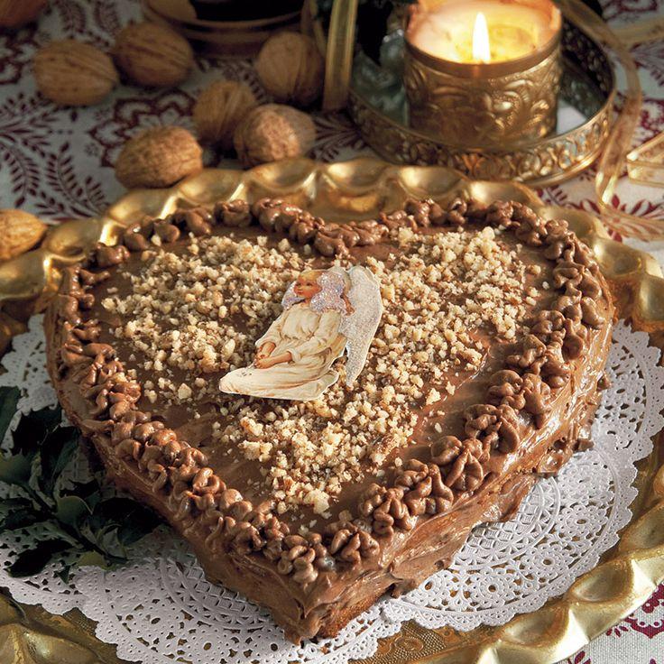 Ljuvligt valnötshjärta. Spritsa gärna nougatkrämen i ett fint mönster på kakan.