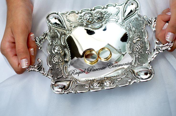 Bandeja de prata para entrada das alianças.