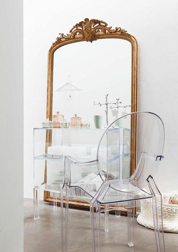 chaise transparente et grand miroir baroque
