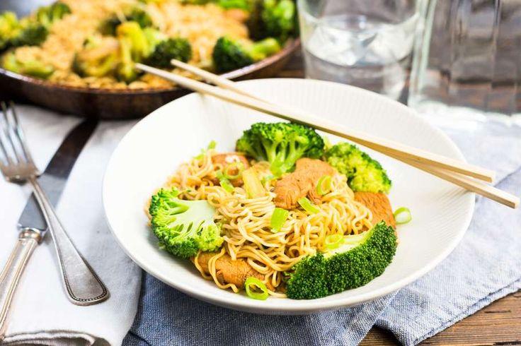 Recept voor aziatische noedels voor 4 personen. Met zout, olijfolie, peper, kipfilet, broccoli, champignon, bosui, woknoedels, tomatenketchup, ketjap manis en knoflook
