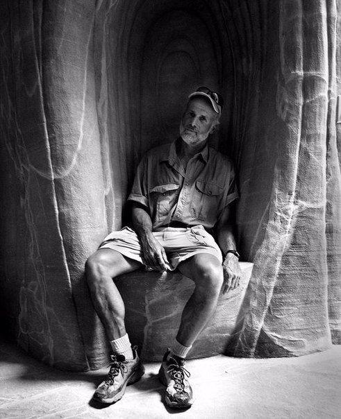Ra Paulette - необыкновенно трудолюбивый и очень увлеченный человек, он  создал  удивительный подземный  мир, состоящий из 14 пещер, в пустыне Нью-Мехико, недалеко от Сан-Хосе. Для своего творчества мастер использует уже существующую трещину или делает туннели в мягких песчаных скалах, создавая особые подземные пространства. Все пещеры разные: они отличаются по размеру, конструкции и  освещению. Некоторые освещены естественным светом, другие обустроены нишами для мерцающих свечей. Стены  и…