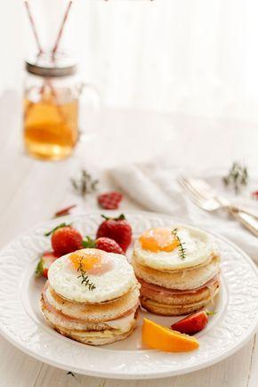 A veces para sorprender en San Valentín no es necesario hacer grandes regalos, un simple detalle marcará la diferencia. Por eso os animamos a sorprender a vuestra pareja con un desayuno en la cama. Y es que, ¿a quién no le gusta que le despierten con un desayuno delicioso para ser tomado en un ambiente sosegado, y en buena compañía? La idea que os proponemos hoy son unos croque madame, unos sándwiches al más puro estilo de los bistró parisinos. Estos típicos emparedados franceses se ...