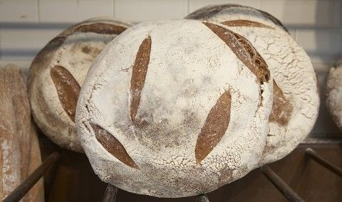 U kunt de ingrediënten in ons brood op een hand tellen: bloem, voorgerecht, water, zout en tijd. Wij gebruiken alleen biologische steen-gemalen meel gemalen om onze veeleisende specificaties-dit is wat geeft ons brood een aardse, diepe rijkdom en stevige korst. Terwijl commerciële bakkers gist zou kunnen gebruiken om hun brood te halen te stijgen, we koesteren een natuurlijke zuurdesem starter geven ons brood te tillen. Het is het geheim van ons brood rijk aroma en een steile interieur. En…