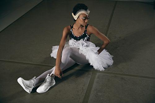 La célèbre marque de sneakers propose une collection directement inspirée de la grâce des ballerines. Retenez-là: c'est le Swan Pack. Forte de sa campagne Focus: Puma sneakers danse classique