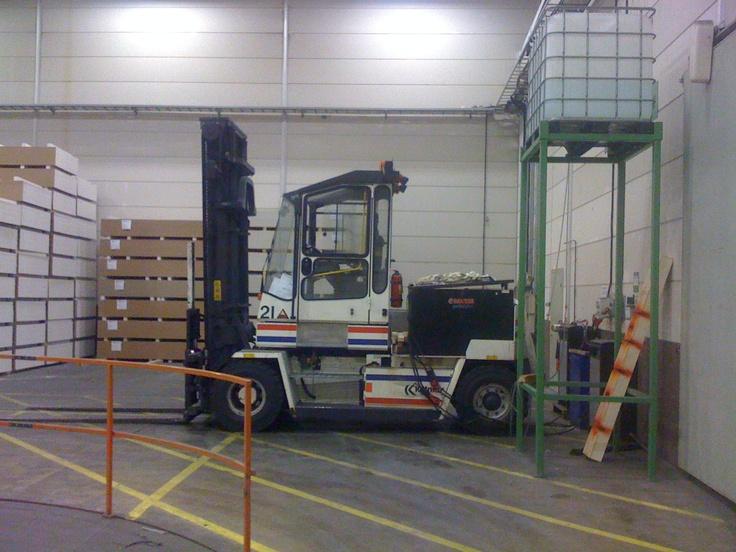Forklift that operates in a factory for houses. | Truck som finns på en husfabrik.