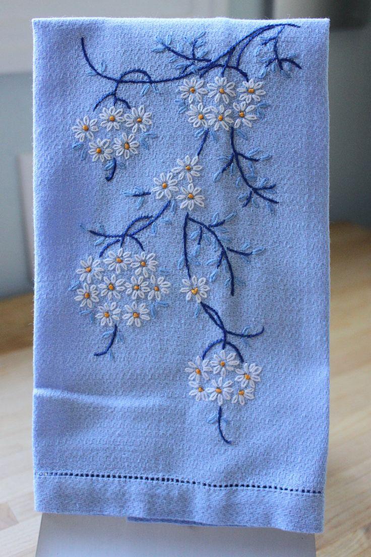 Toalla de dedo azul vintage con flores bordadas por CoffeeKlatch