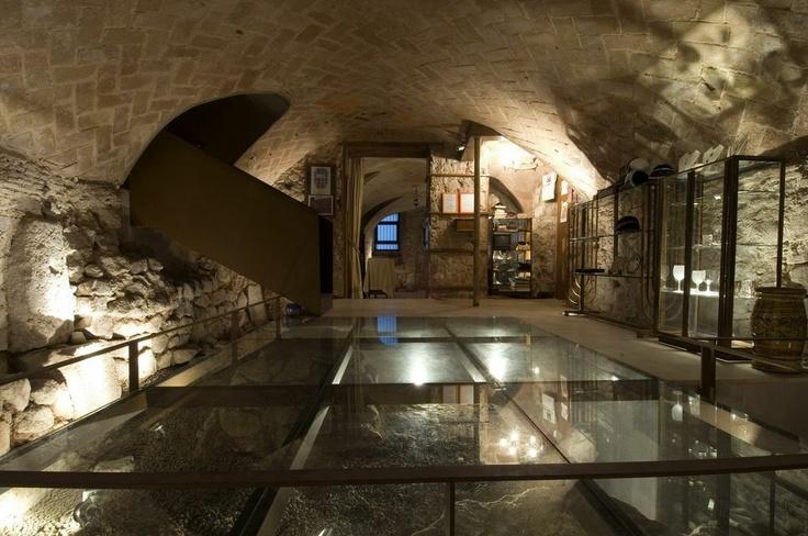 Sinagoga Mayor de Barcelona. El suelo de cristal donde se pueden observar hallazgos de la época romana y medieval. Copyright Sinagoga Mayor de Barcelona/Anna Serrano #Sefarad #Sternalia