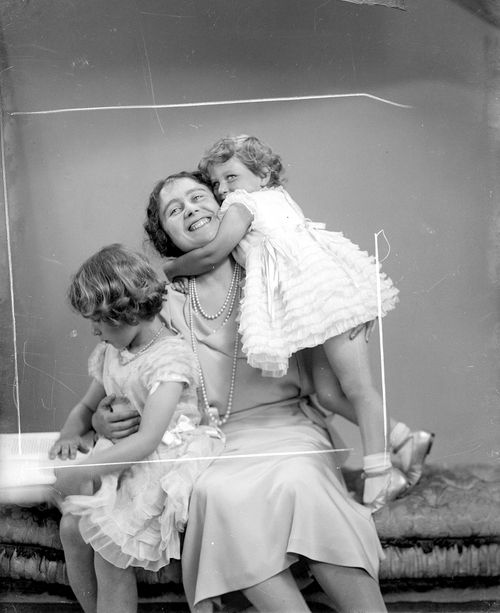 teatimeatwinterpalace:  Duchess of York with daughters Princess Elizabeth and Princess Margaret