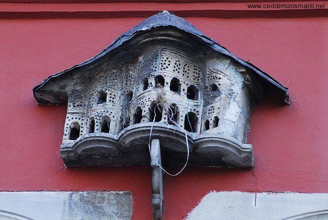 Gökyüzünde Allah'ın emrine boyun eğerek uçan kuşları görmüyorlar mı? Onları gökte ancak Allah tutar. Şüphesiz bunda inanan bir toplum için ibretler vardır. (Nahl 79)  Osmanlı'nın kuşlara verdiği önemin altında yatan asıl sebep Allah'ı zikrettiklerini duymalarındandır…  İşte bu yüzden, Osmanlı mimarisinden başka hiçbir mimaride eşi benzeri olmayan kuş evleri, kuşların barınmaları, beslenmeleri için binaların ön yüzlerine özel olarak yapılmıştır.