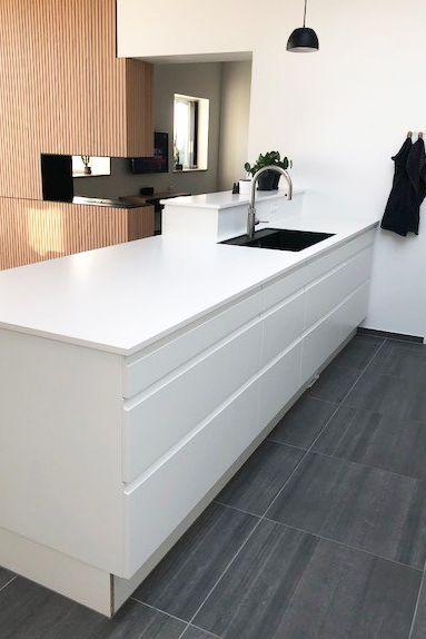 Modernistisk Køkken i AUBOs grebsfri model Venezia Hvid kombineret med en FS49