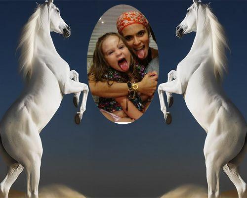 Fotomontajes Gratis Online faciles, divertidos y unicos | Fotomontaje en medio de dos caballos blancosFotomontajes Gratis Online faciles, di...