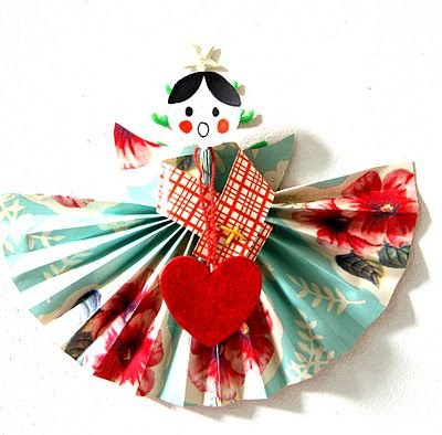 ingthings: Baby it's cold outside or diy paper angels ... Chrome will translate some of it.  But the pics are pretty self-explanatory.