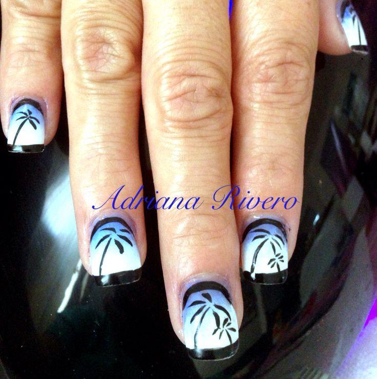 Uñas acrílicas decoradas en esmalte con recubrimiento de gel #acrylicnails #beach #summer #black #nailpolish #handpainted #blue #shortsize