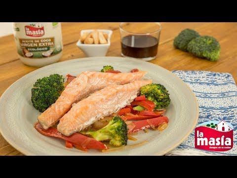 #Salmón marinado con #aceitedecoco y #verduras salteadas. La #receta, en nuestro blog.