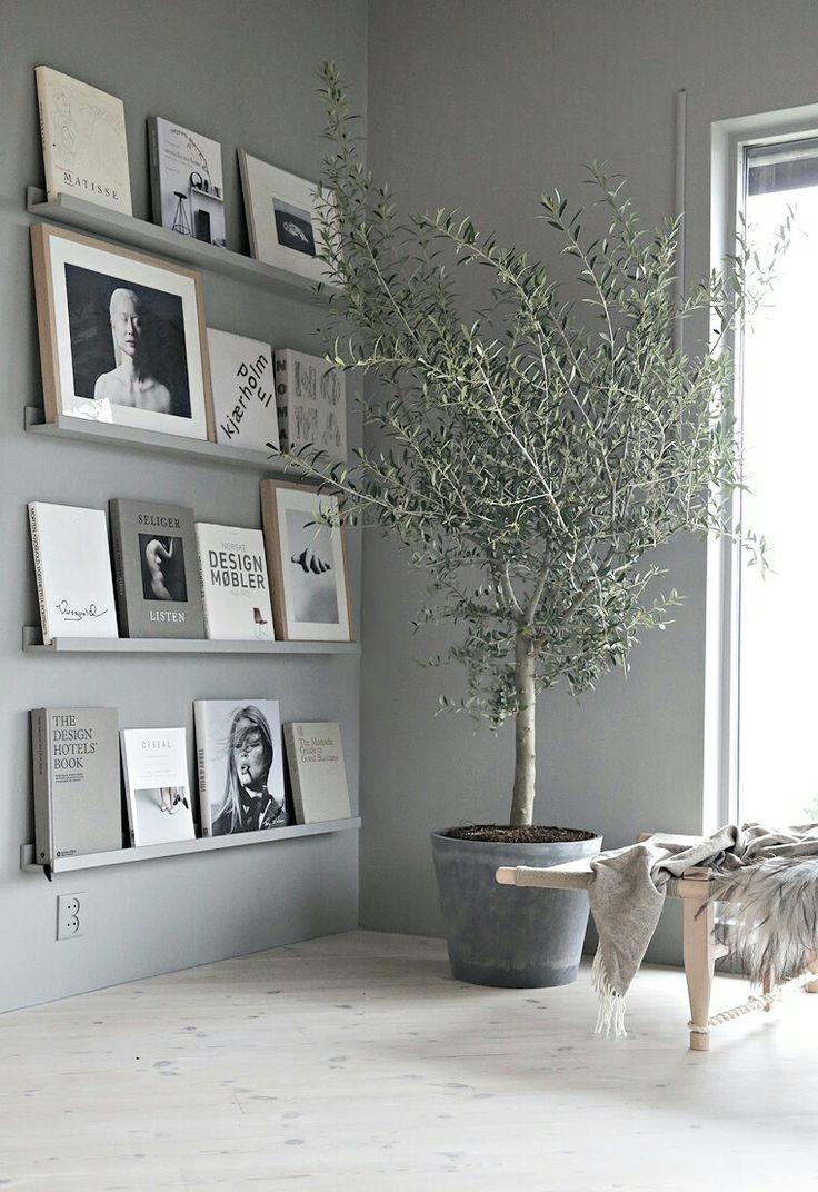 Mooie planken meegeverfd in kleur van de muur