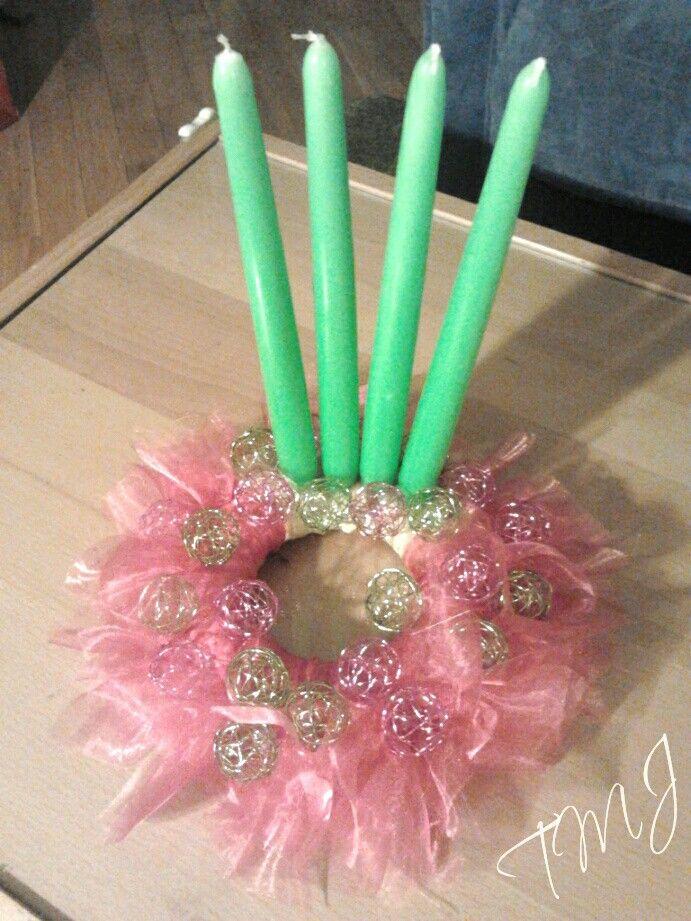Pink and green organza advent wreath. Rózsaszín és zöld organzával és fém gömbökkel díszített adventi koszorú.