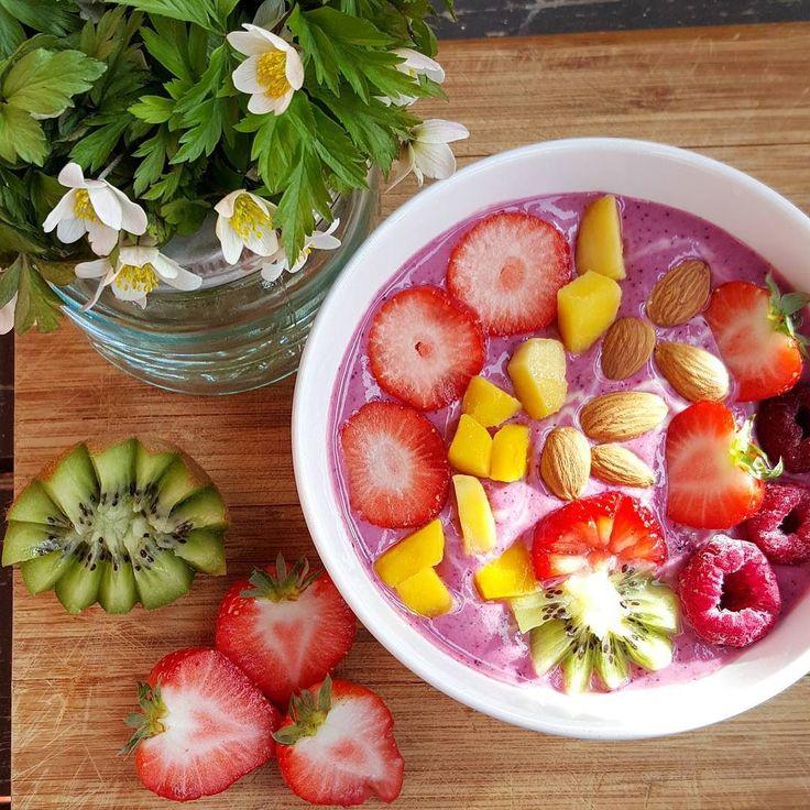 Hvitveis og smoothie i vårsola det blir ikke bedre enn det.  Skyr med sitron kirsebær banan blåbær eple bringebær og ananas ble en super #smoothie #smoothiebowl #norgesglasset #skyrøyeblikk #skyr #berries #fruits #foodie #huffposttaste #flower #spring #almond #banana #healthy #eatclean #forkfeed #foodart #aktivejenter #sunt #health #sunnevalg #kiwipluss #meny #happyfood #f52grams #strawberry #instapic #instafood #matbloggsentralen #matblogger by norsk_matglad