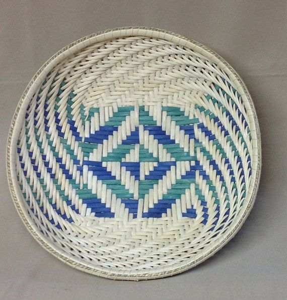 This awesome basket begins with a stunning twill base and features a simple twill weave that swirls up the sides. The colors in the base are Kelly
