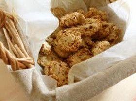 レーズンとナッツのオートミールクッキー  FPで簡単にヘルシークッキーが作れちゃいます。  dollyuka 材料 オートミール70g 薄力粉40g 砂糖40g コーンスターチ(片栗粉)20g 塩ひとつまみ オリーブオイル大さじ2 水大さじ2 レーズン適量 ピーナッツ適量
