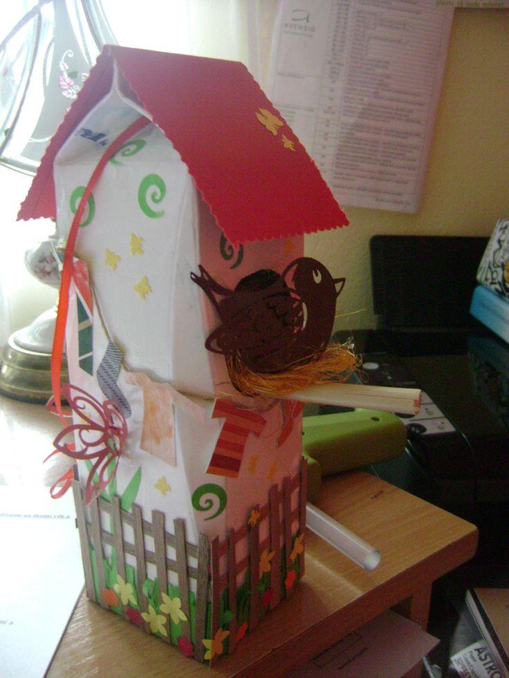 Ptačí budka z krabice od džusu - dekorace