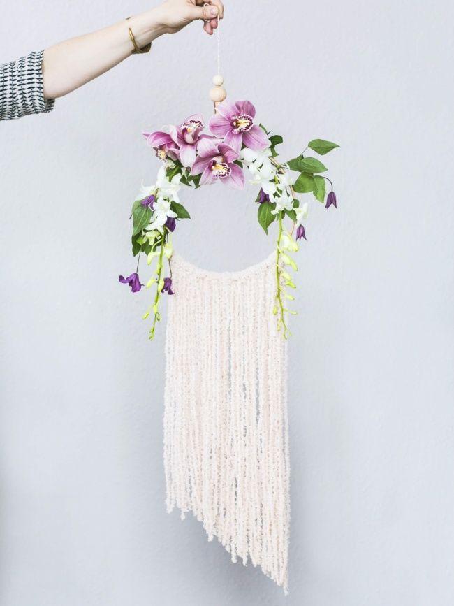 DIY Dreamcatcher bloemen - ze verkopen bloemenkransjes (eigenlijk voor in je haar) bij Spitalfields. Hand er lintjes aan en repen stof van oude kleding et voila!