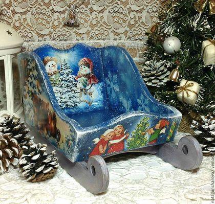 Купить или заказать Сани 'Праздник к нам приходит!' в интернет-магазине на Ярмарке Мастеров. Новый год- самый любимый и красивый праздник!Сани выполнены в технике 'декупаж'. Будут оригинальным сувениром на Новый год, которым можно украсить ваш интерьер. Их можно поставить под елочку, посадить в них куклу, мишку, деда Мороза. Так же их можно наполнить конфетами и фруктами или поместить в них шампанское и поставить на ваш новогодний стол! А еще саночки подойдут для фотосессий ваших мишек и…