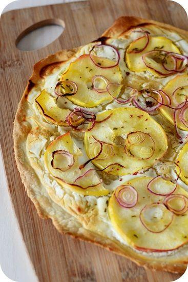 Flammkuchen mit Ziegenkäse, Apfel und Honig-Rosmarin-Öl - Fräulein Moonstruck kocht!