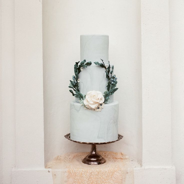 Like the wreath on this one. Possible to put topper in the middle of it with only 2 tiers?
