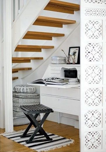 Aménager un petit coin bureau une bonne astuce rangements sous l'escalier pour gagner de l'espace dans la maison.