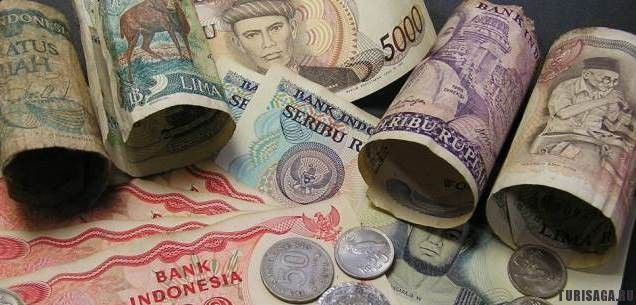 Денежная единица в Индонезии – рупия. Поэтому туристам следует обязательно обменять деньги во избежание проблем с оплатой товаров в магазинах, отелях и других заведениях. Особенно, это касается американских долларов, так как эта денежная единица не принимается на индонезийском рынке. Большинство кредитных карт принимаются на рынке Индонезии: VISA, Master, JCB и AMEX