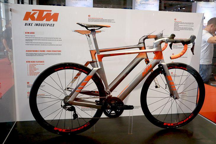 KTMは、他社のエアロロードとも一線を画す近未来的でスリークなデザインのコンセプトバイク「LISSE」を発表: photo:Makoto.AYANO