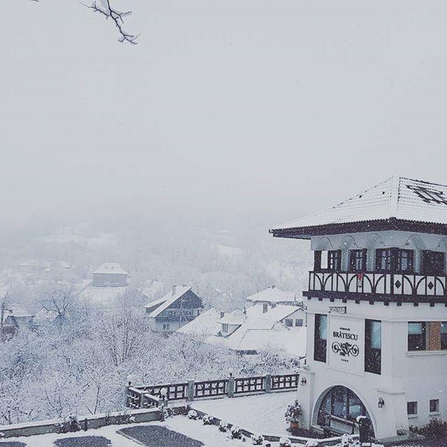 Toate privirile spre Bran... #bran #boutiquehotel #conacromanesc #conaculbratescu #instatravel #transylvania #Romania ##snow #winter #traveltomania