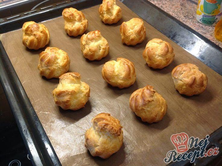 Větrníčky jsem naplnila vanilkovým krémem a karamelovou šlehačkou. Základy pro oba krémy je dobré připravit den předem, aby se dostatečně vychladily v lednici. Druhý den již v krátkosti obě náplně dokončíte. Větrníky nejsou složité, jen je potřeba si vše dobře naplánovat a zorganizovat. Pak už to jde, jak po másle :)