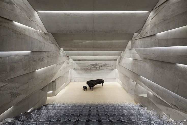A Blaibach, village de Bavière, un étrange monolithe semble sortir de la terre en direction du ciel. Un escalier mène le visiteur vers une salle de concert souterraine, la Konzerthaus Blaibach, imaginé par Peter Haimerl.
