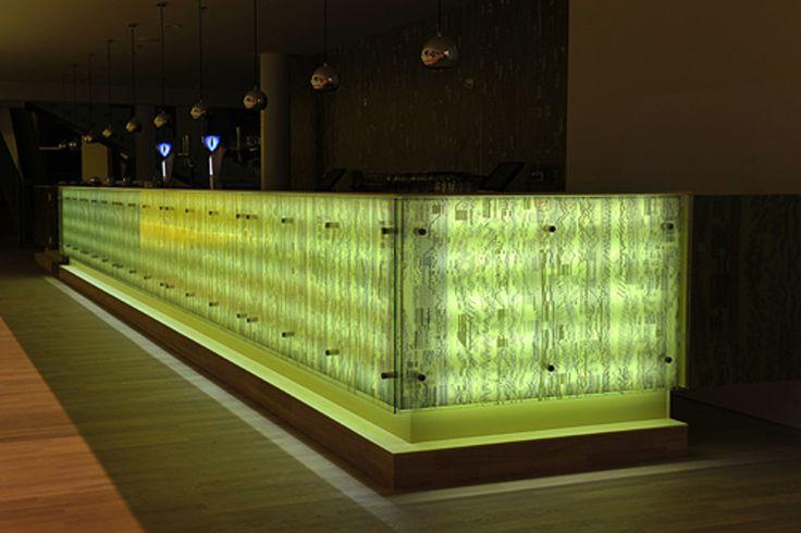 Glazen panelen op toonbank de Kolk Assen. #LED #HiMacs #glas #paneel #geprint…