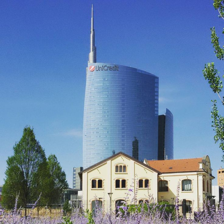 YoYo atelier   #torreunicredit #lavanda #parco #bibliotecadeglialberi #milano . #unicredittower #lavender #garden #bluesky #milan #italy #travel #travelling #travellingram #instatravel
