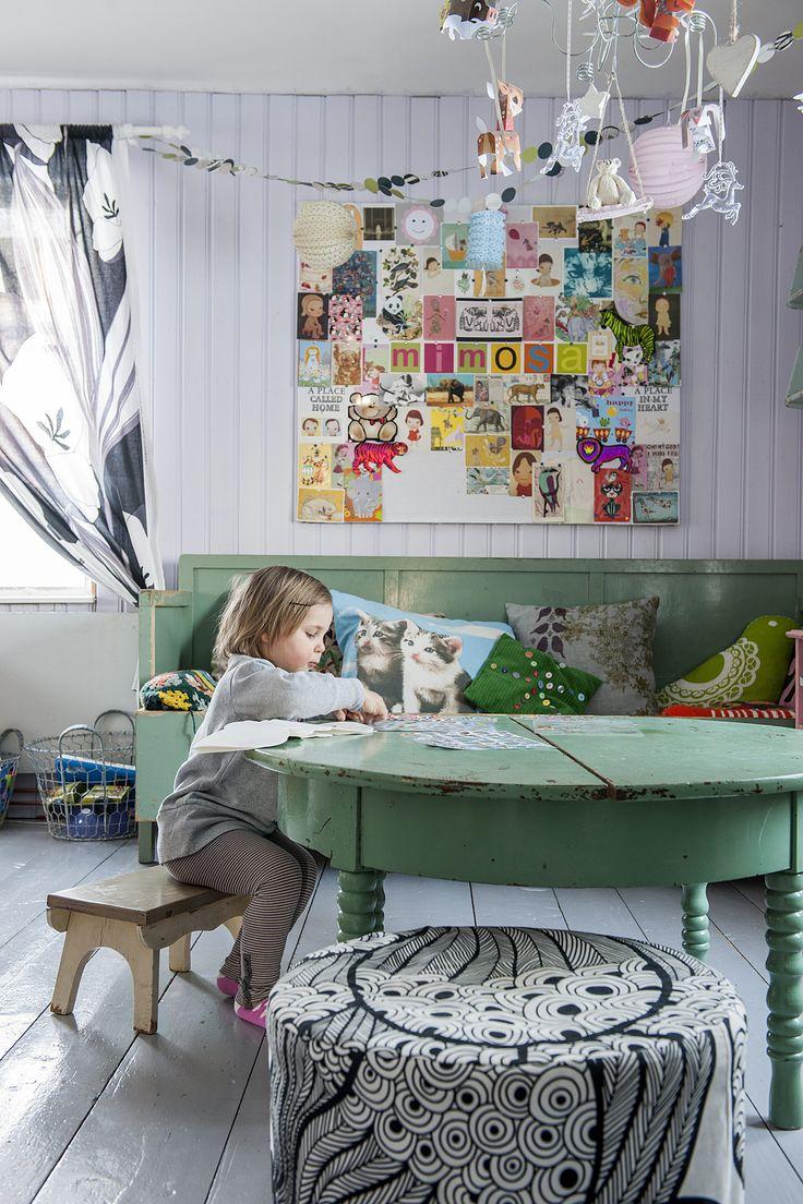Valkoiseksi maalatulle levylle voi helposti kiinnittää lapsen syntymäpäiväkortteja ja muita mukavia muistoja. Kokonaisuudesta tulee iso ja värikäs taulu. Vanhasta pöydästä sahataan jalat lyhyemmiksi, niin se sopii pikkuväen mitoille. Ympärille mahtuu erikokoisia ja -korkuisia raheja ja jakkaroita niin lapsille kuin aikuisillekin.
