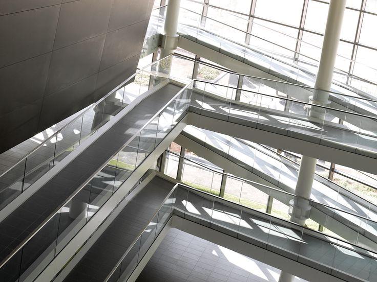 Parapetto in vetro con fissaggi puntuali, corridoio interno