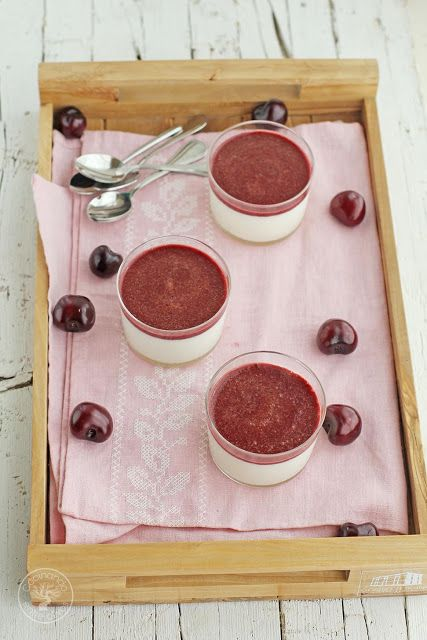 Mousse de yogur con cerezas. Receta paso a paso