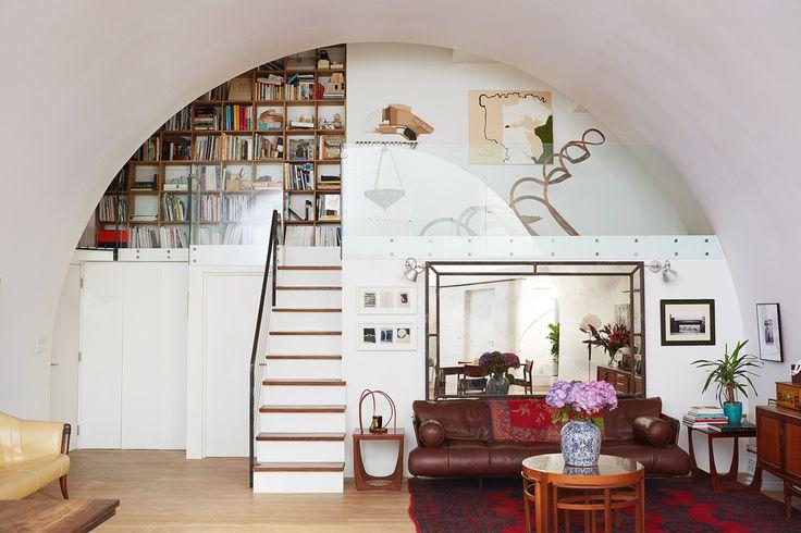 В гостиной — антресоль с библиотекой и любимая хозяйкой винтажная мебель 1970-х годов