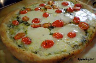 Pizzaya cok duskun degilimdir. Yani olsa da olur olmasa da. Ama bu pizza farkli. Feslegen, domates ve mozzarellanin inanilmaz uyumu var bu pizzada. Bir de ben sade feslegen yapragi yerine kendim h…
