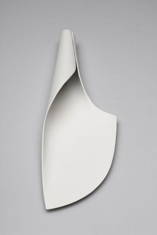 Att låta formen uppstå ur det tvådimensionella. Som ett papper istället för lera ger en minimalistisk känsla som i det japanska.