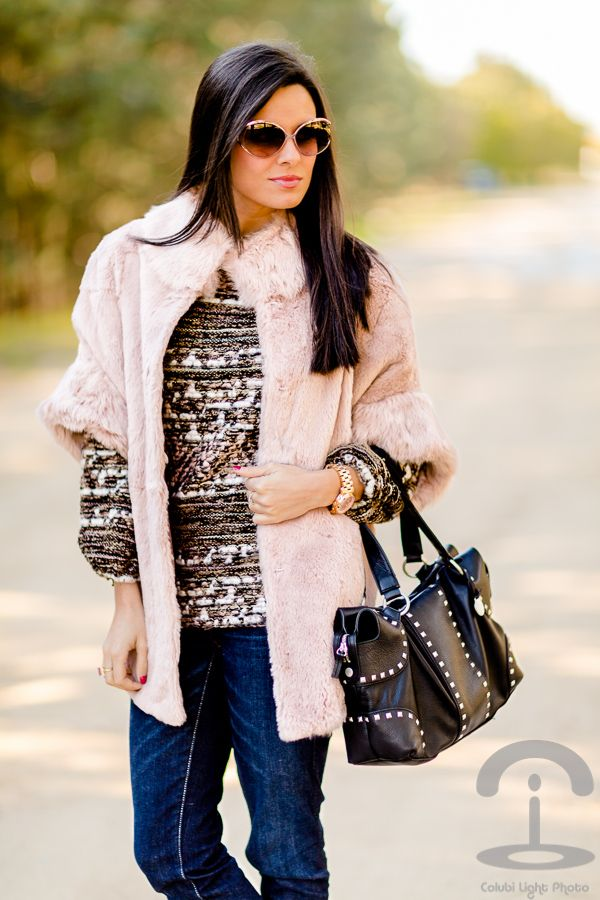 Abrigo de pelo rosa Crimenes de la Moda - Pink Fur Coat - vaqueros American Eagle jeans - bolso cuero tachuelas BCBG Max Azria handbag - Gafas de sol Loewe sunglasses - jersey jaspeado Zara sweater - reloj oro rosa Michael Kors pink gold watch
