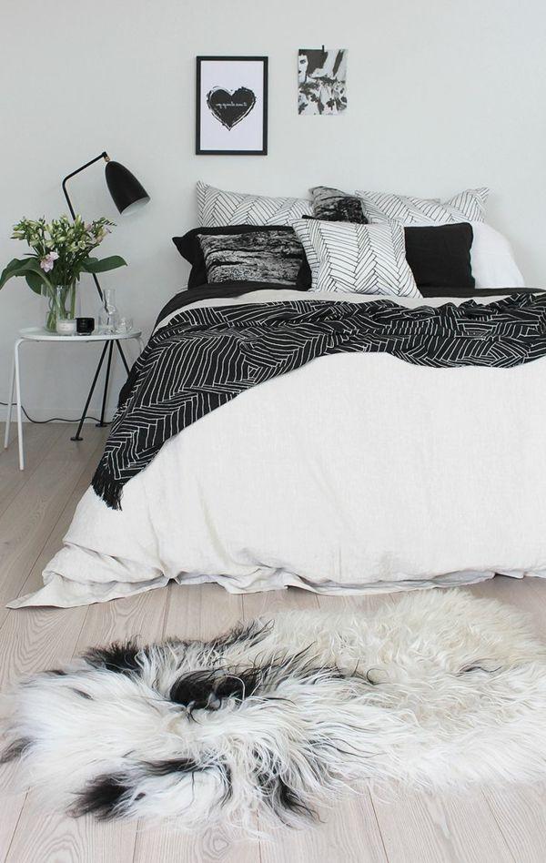 Chambre A Coucher Avec Une Lampe De Chevet Noire Et Ligne De Lit