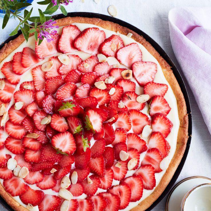 Söta jordgubbar och len vaniljkräm samsas på samma krispiga botten. Det finrivna citronskalet ger fin smakbrytning till jordgubbarna.